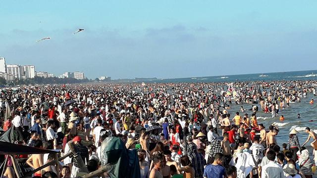 Biển Sầm Sơn đông đúc mỗi khi hè về