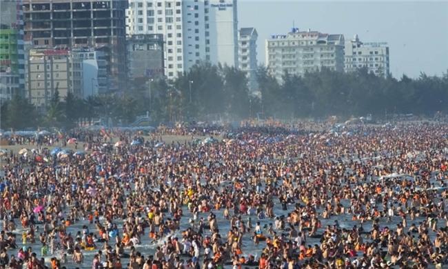 Biển Sầm Sơn nhung nhúc người là nổi khiếp sợ của nhiều người