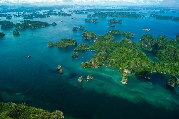 Vịnh Hạ Long với hàng nghìn đảo lớn, nhỏ