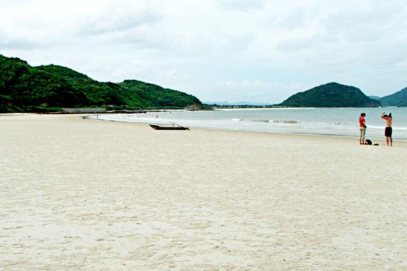 Bãi tắm Quan Lạn với bờ cát trằng trải dài