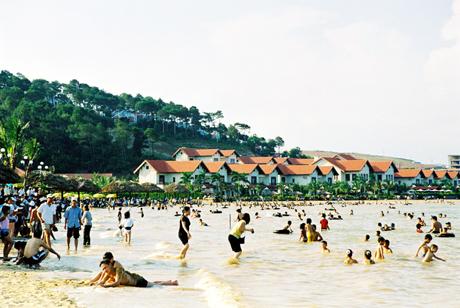 Du khách nô nức về bãi tắm Tuần Châu mùa hè