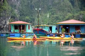 Du khách chèo thuyền kayak tham quan làng chài Hạ Long
