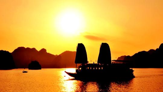 Hoàng hôn trên biển Hạ Long