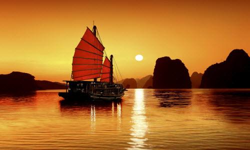 Hoàng hôn trên Vịnh Hạ Long làm mê hoặc nhiều khách nước ngoài