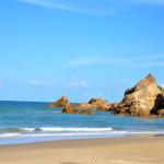Bãi biển Đá Nhảy trong xanh, yên bình