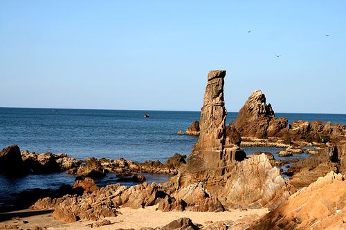 Trên bãi biển có rất nhiều tảng đá nhiều hình thù kỳ thú