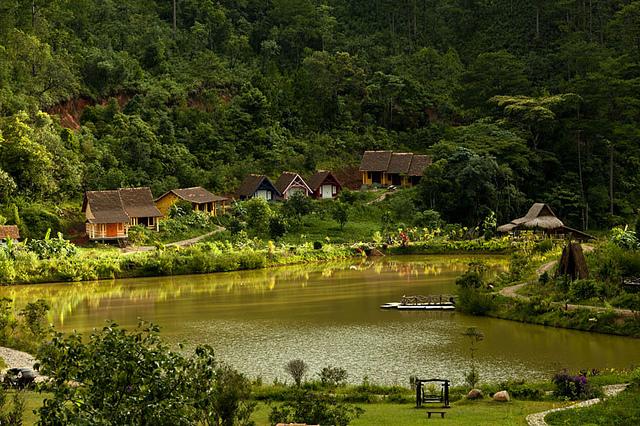 Làng Cù Lân nằm ngay dưới chân núi Lang Biang thơ mộng