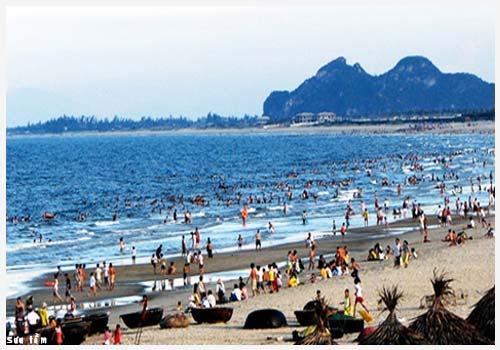 Biển Thiên Cầm thu hút du khách mỗi khi hè về