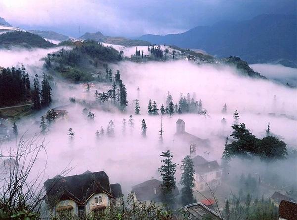 Thức dậy vào buổi sớm ngắm thành phố trong sương mù