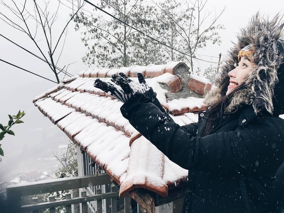 Chụp tấm hình làm kỷ niệm với tuyết đầu mùa