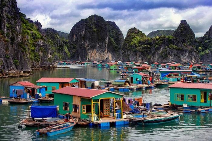 Những ngôi nhà nổi tại làng chài Vung Viêng