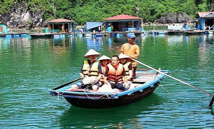 Du khách tham quan làng chài Vung Viêng