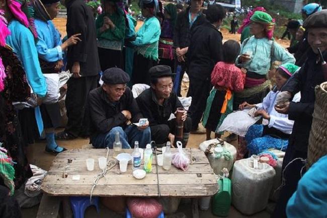 Người dân ngồi uống rượu ngô